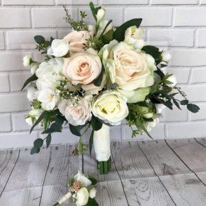 свадебный букет из чайных роз зелени и эустомы