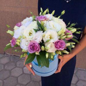 букет в коробке из роз и эустом